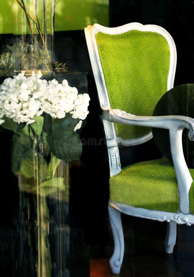 Cadeira verde no indicador de loja foto de stock royalty free