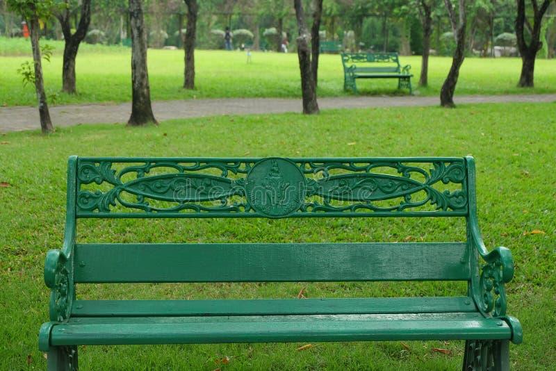 Cadeira verde vazia no parque público imagem de stock royalty free