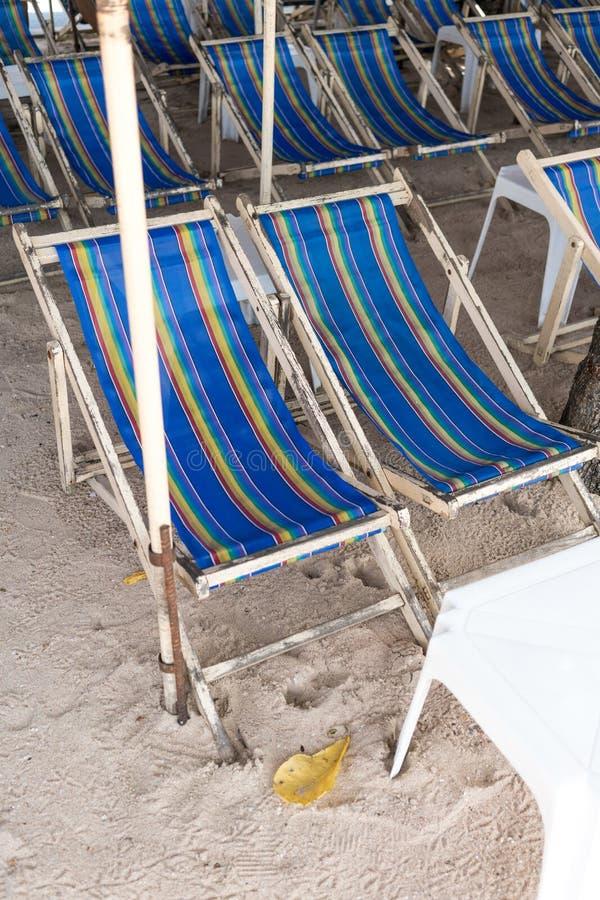 Cadeiras alugado da lona da praia e tabela branca na areia branca natural imagens de stock