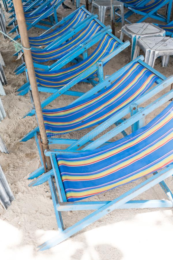 Cadeiras alugado da lona da praia e tabela branca na areia branca natural fotografia de stock royalty free