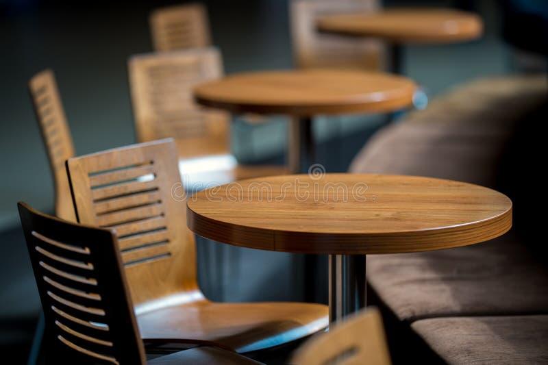 Cadeiras amarelas plásticas imagens de stock