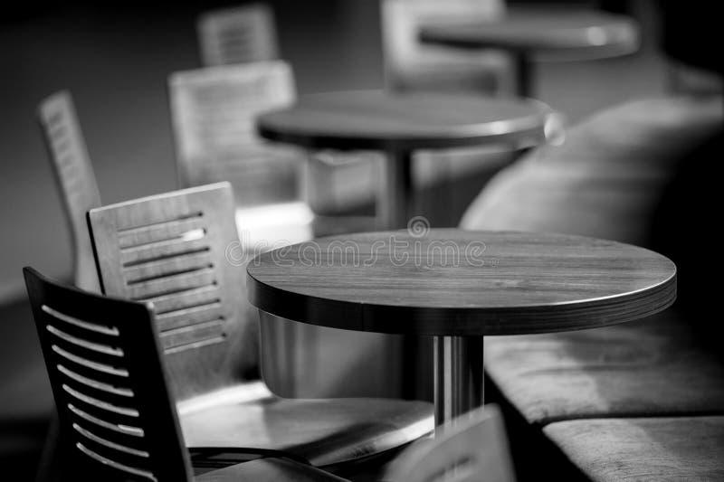 Cadeiras amarelas plásticas foto de stock