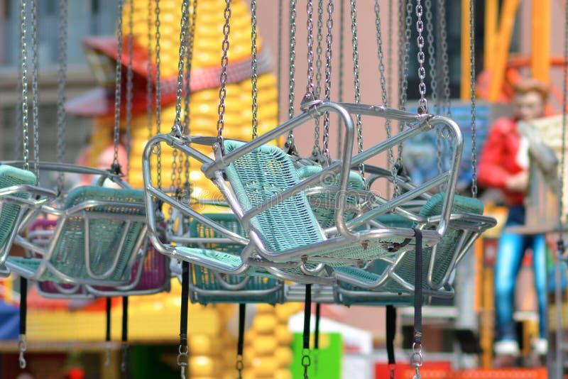 Cadeiras azuis da cerceta vazia do passeio do balanço da cadeira no parque do funfair fotos de stock royalty free