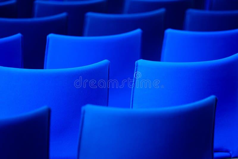 Cadeiras azuis na sala de conferências fotos de stock