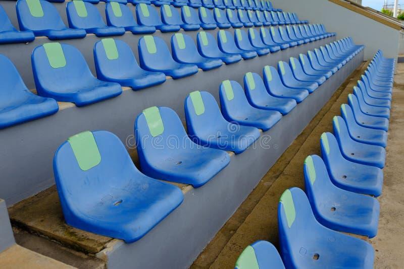 Cadeiras azuis plásticas do estádio do esporte em seguido imagem de stock royalty free