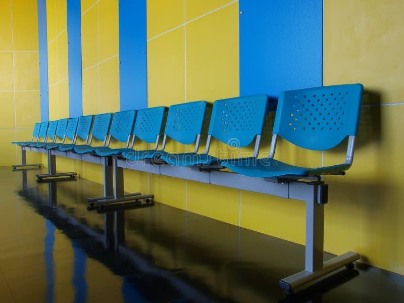cadeiras azuis vazias no assoalho imagens de stock royalty free
