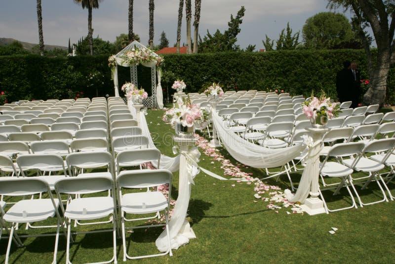 Cadeiras brancas do casamento exterior, partido nupcial fotos de stock royalty free