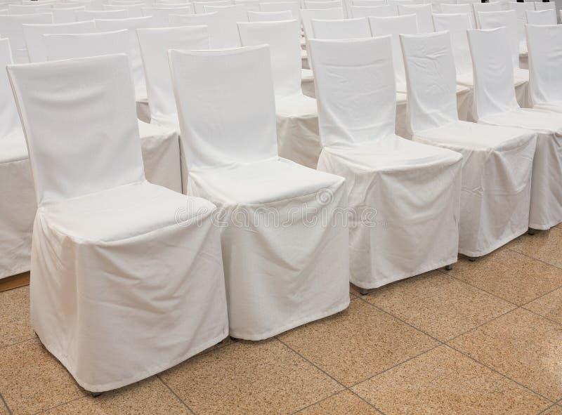 Cadeiras cobertas arranjadas para o audÃence fotografia de stock royalty free