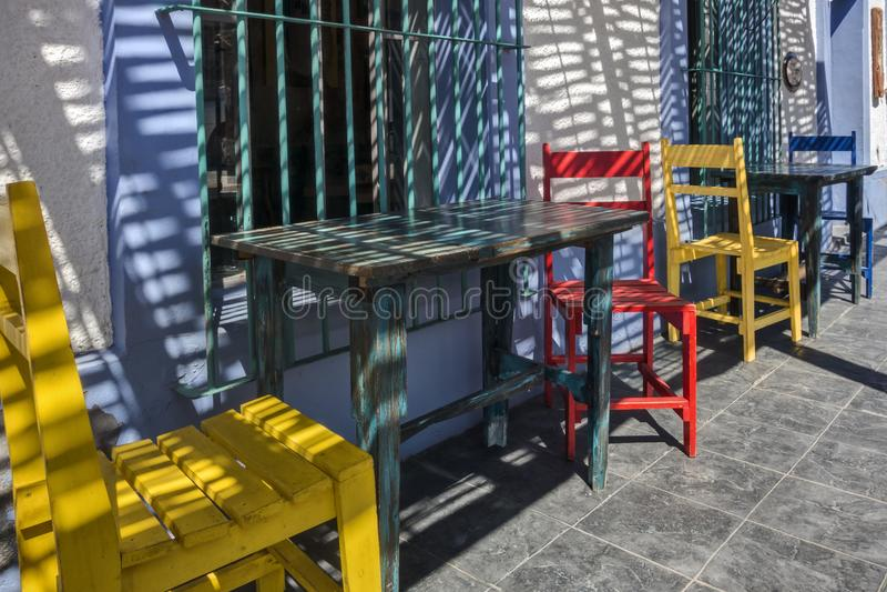 Cadeiras coloridas fora do restaurante em TODOS Santos, México imagem de stock