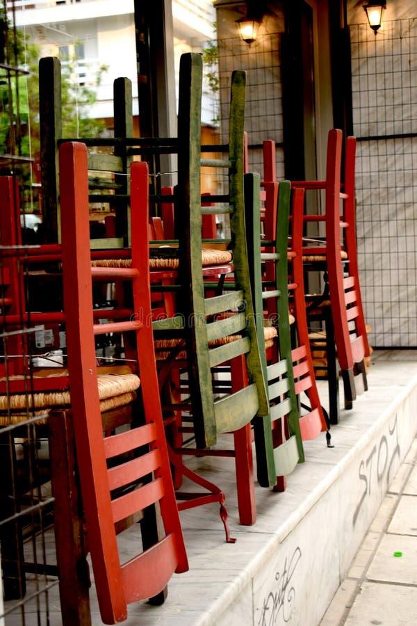 Cadeiras coloridos de madeira tradicionais em Tessalónica imagens de stock