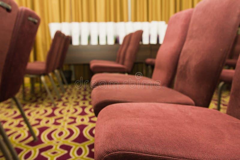 Cadeiras da conferência em uma sala de reunião foto de stock royalty free