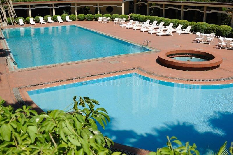 Cadeiras da piscina e de plataforma imagens de stock royalty free