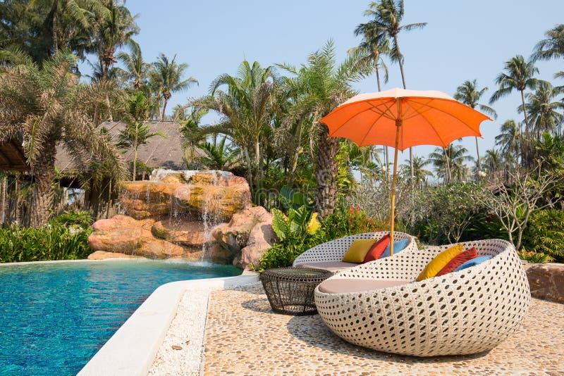 Cadeiras da piscina e de praia em um jardim tropical, Tailândia fotografia de stock royalty free