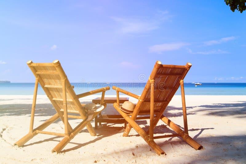 Cadeiras da praia tropical da areia fotos de stock