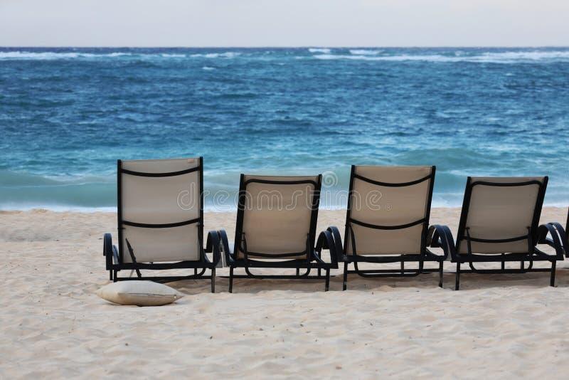 Cadeiras da sala de estar na praia foto de stock royalty free