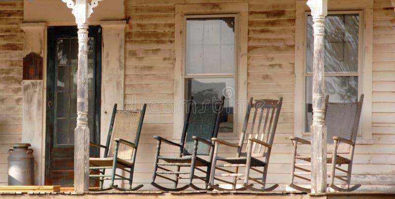 Cadeiras de balanço antigas em Connecticut rural fotos de stock royalty free