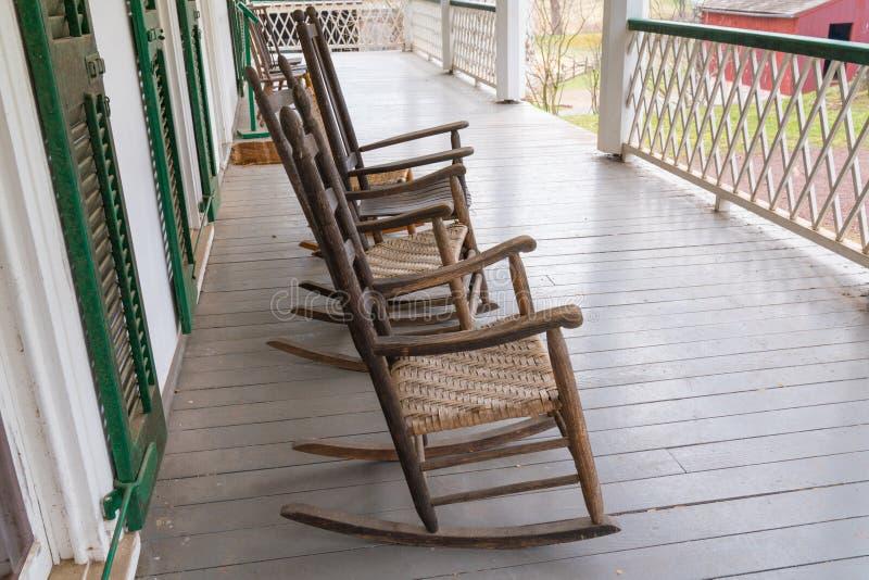 Cadeiras de balanço velhas no patamar imagens de stock royalty free