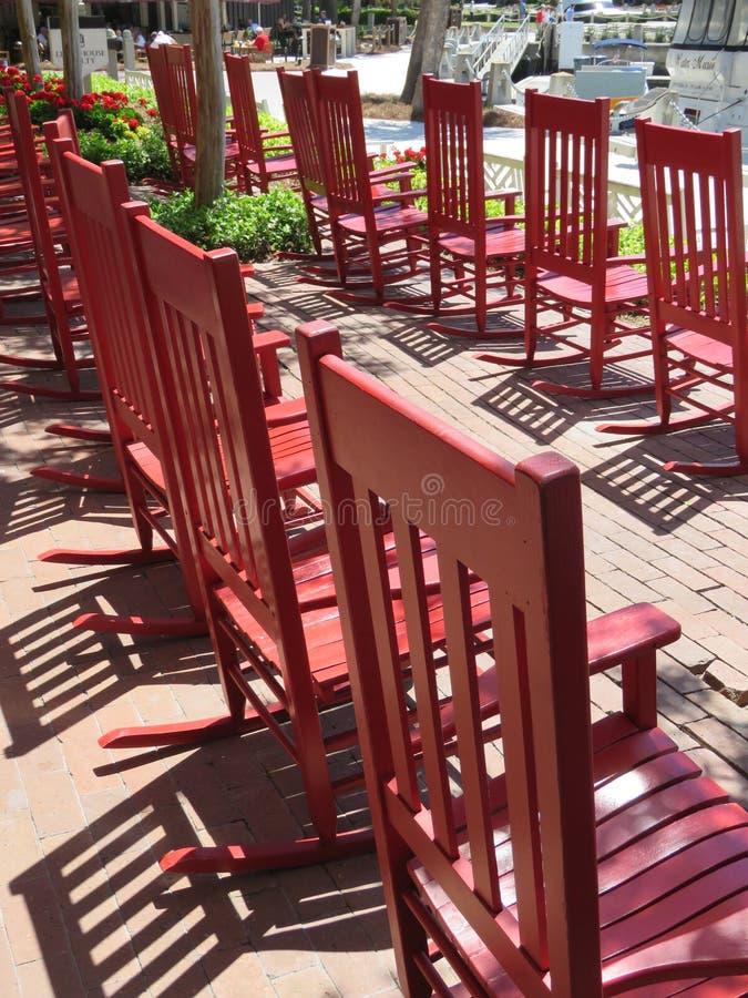 Cadeiras de balanço vermelhas para apreciar Hilton Head Island foto de stock royalty free