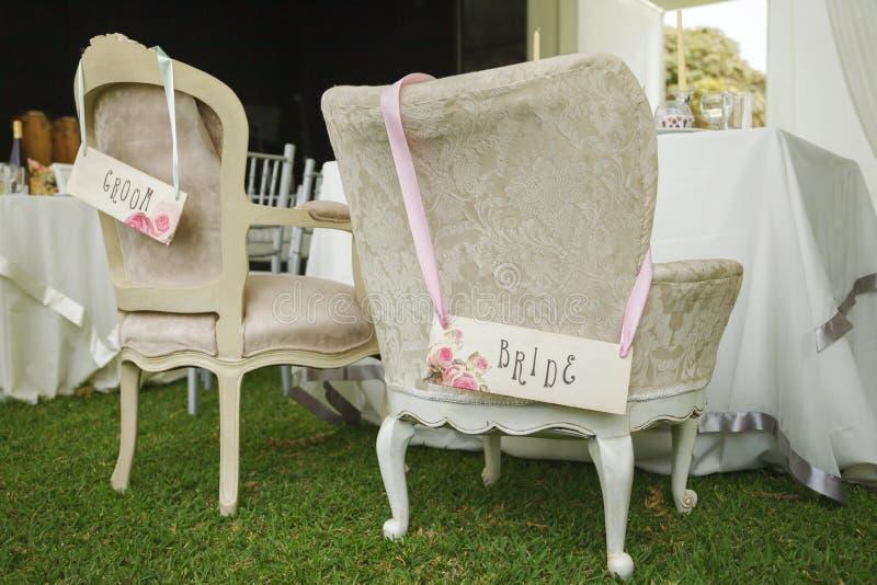 Cadeiras de DIY para noivos imagem de stock royalty free