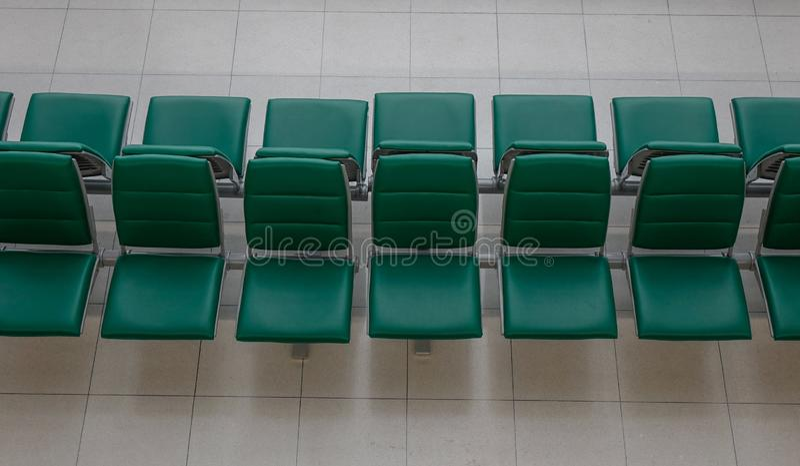 Cadeiras de espera no aeroporto internacional imagens de stock royalty free