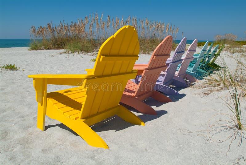 Cadeiras de madeira na praia fotografia de stock royalty free