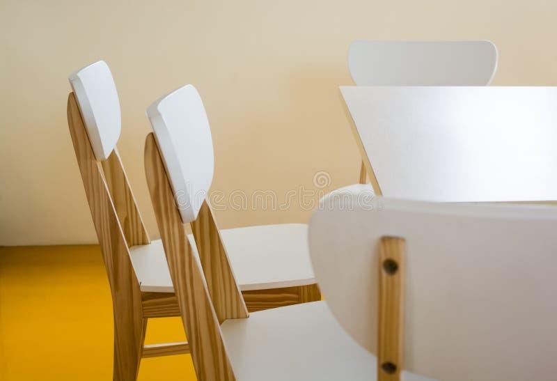 Cadeiras de madeira na sala da biblioteca fotos de stock royalty free