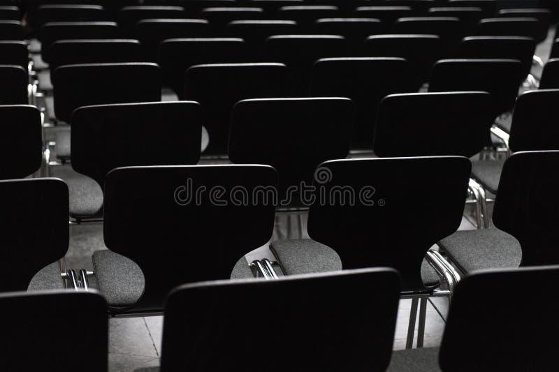 Cadeiras de madeira pretas nas fileiras foto de stock royalty free