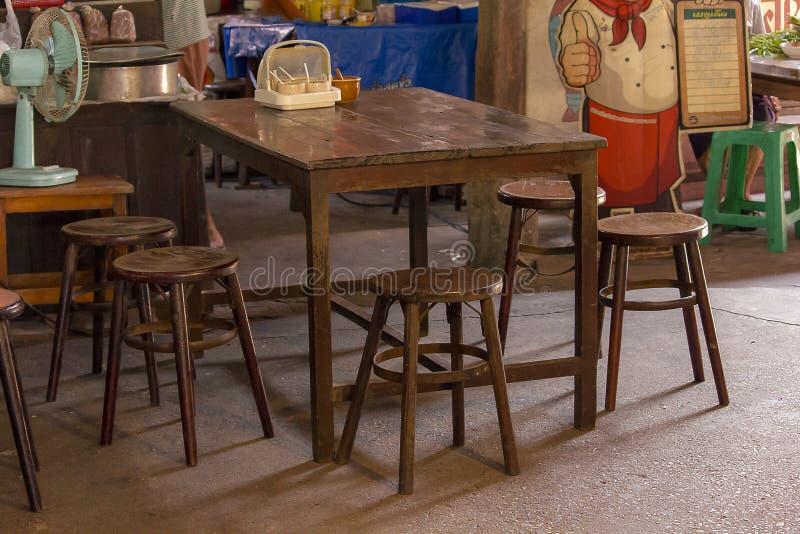 Cadeiras de madeira velhas e tabelas do estilo chinês fotografia de stock