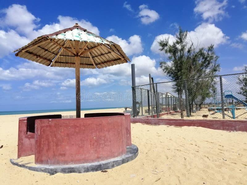 Cadeiras de pedra na praia Feriados, recurso imagem de stock royalty free