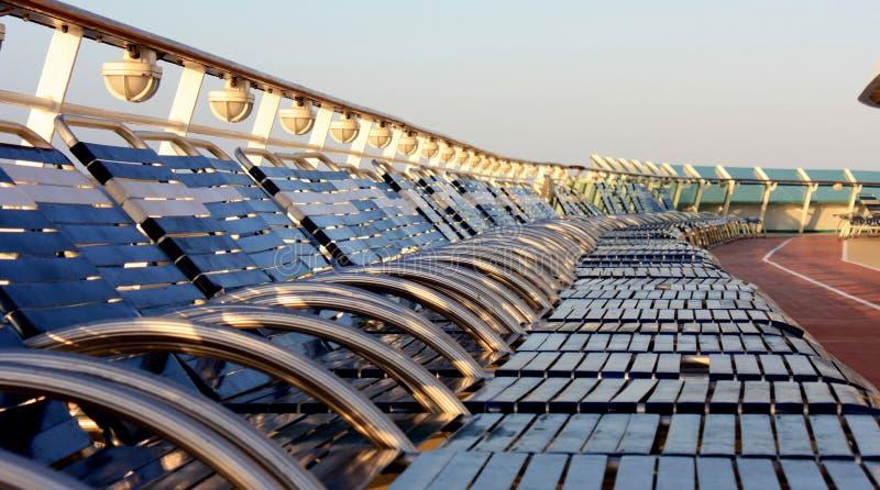 Cadeiras de plataforma em um cruzeiro fotos de stock