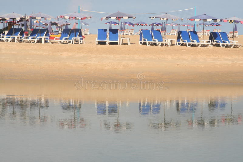 Cadeiras de plataforma na praia foto de stock royalty free