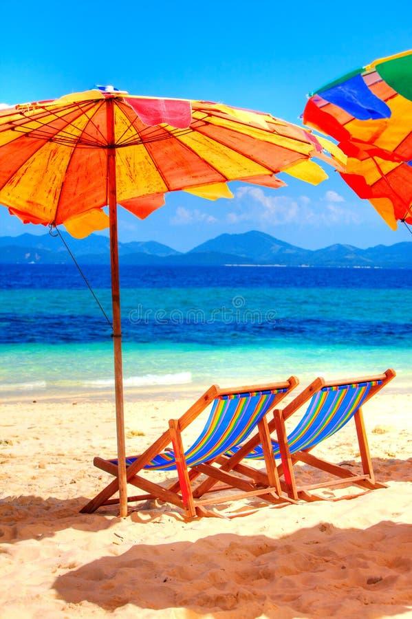 Cadeiras de plataforma na praia fotos de stock