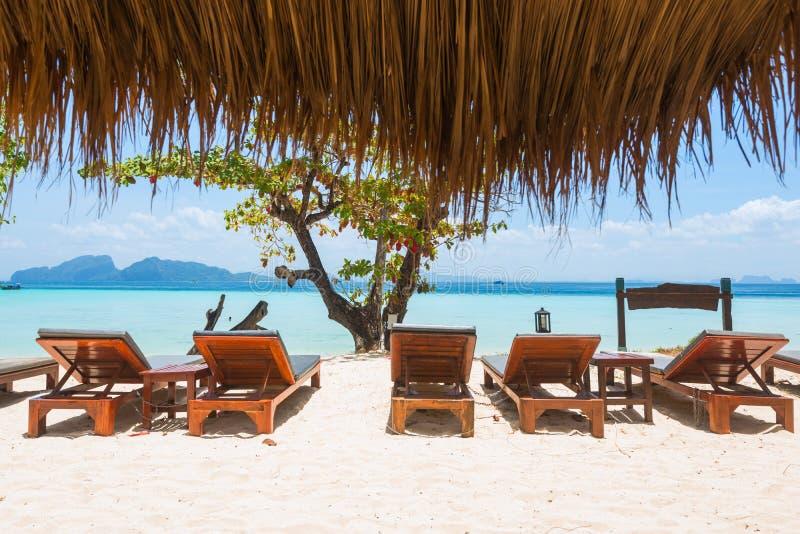 Cadeiras de plataforma na praia Vista bonita no mar azul Conceito do abrandamento com as cadeiras de sala de estar do sol por fer imagem de stock royalty free