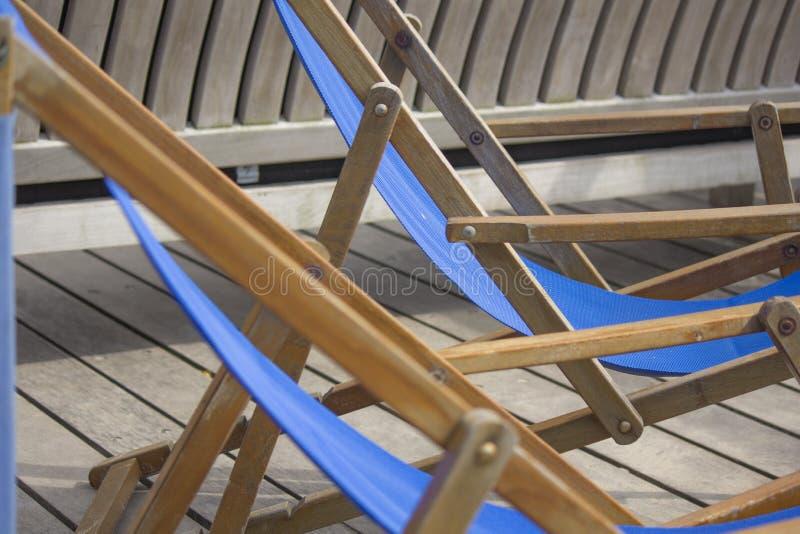 Cadeiras de plataforma para o abrandamento foto de stock