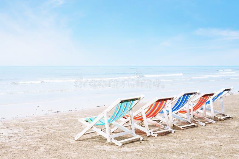 Cadeiras de plataforma vazias na praia imagem de stock royalty free
