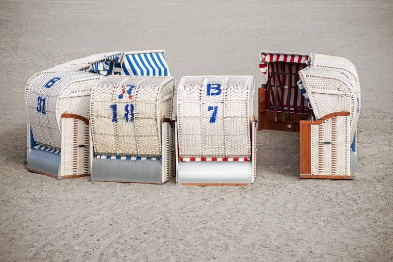 Cadeiras de praia alemãs do norte típicas, chamadas Strandkorb, suplente imagens de stock royalty free
