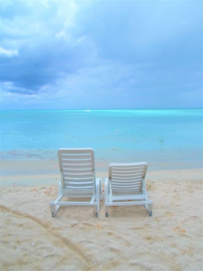 Cadeiras de praia de Antiqua que esperam o imagens de stock