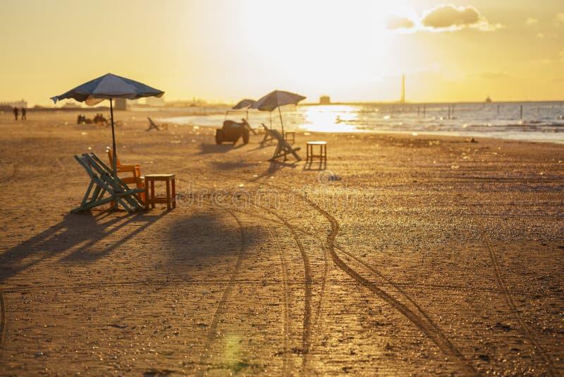 Cadeiras de praia e tabelas, Ras Elbar, Damietta, Egito imagens de stock