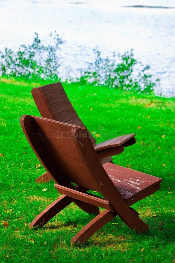 Cadeiras de praia em uma praia limpa, ensolarada. imagem de stock royalty free