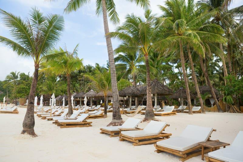 Cadeiras de praia na praia branca tropical da areia foto de stock royalty free