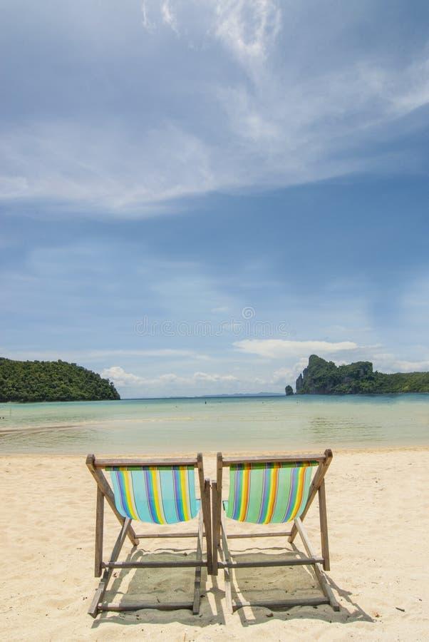 Cadeiras de praia na praia tropical imagens de stock