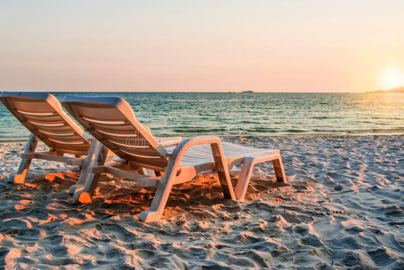 Cadeiras de praia nas areias no por do sol, ilha de Samed, Tailândia foto de stock