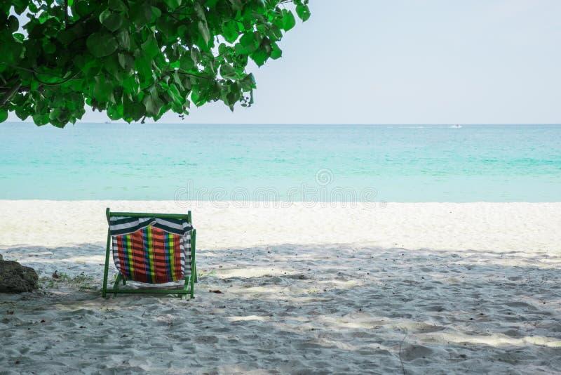 Cadeiras de praia nas areias no por do sol, ilha de Samed, Tailândia fotos de stock