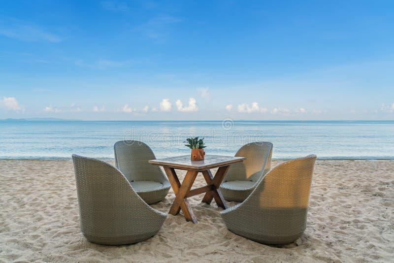 Cadeiras de praia no restaurante da praia na ilha do verão em Phuket, Tha fotografia de stock royalty free