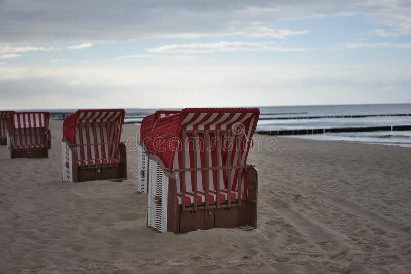 Cadeiras de praia ou cestas alemãs típicas das cadeiras de praia na praia de Nord ou de mar Báltico na noite fotografia de stock royalty free