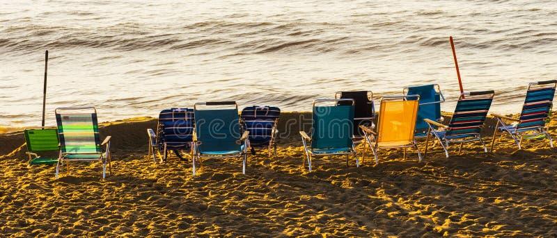 Cadeiras de praia sós imagem de stock