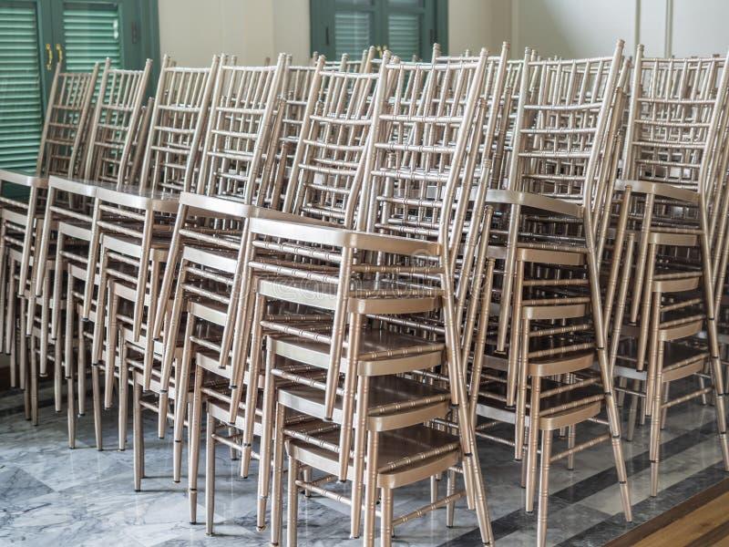 Cadeiras de prata empilhadas modernas foto de stock
