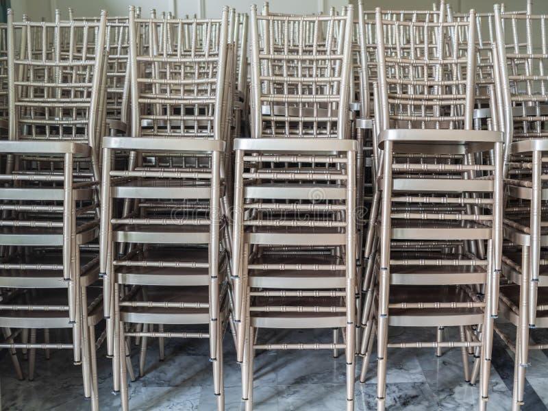 Cadeiras de prata empilhadas modernas fotografia de stock royalty free