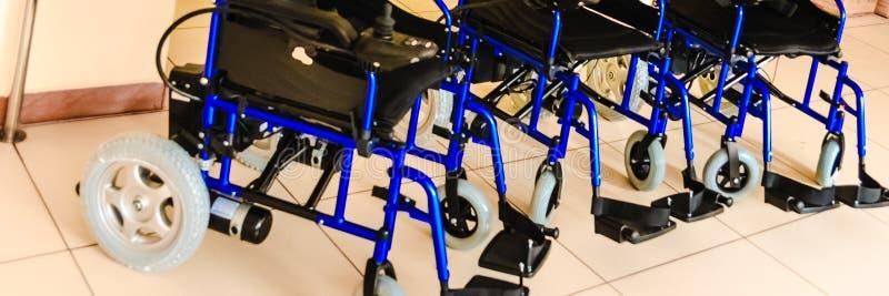 Cadeiras de rodas com a movimentação elétrica nova foto de stock royalty free