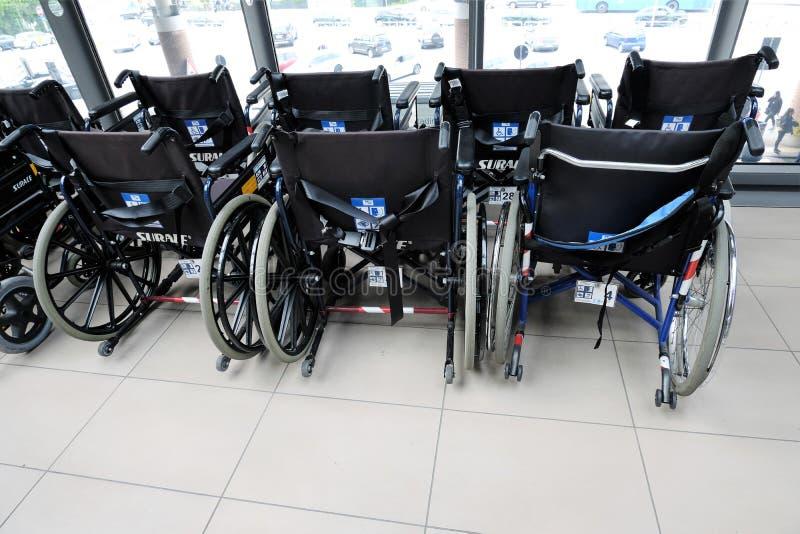 Cadeiras de rodas na sala de espera no aeroporto fotografia de stock royalty free